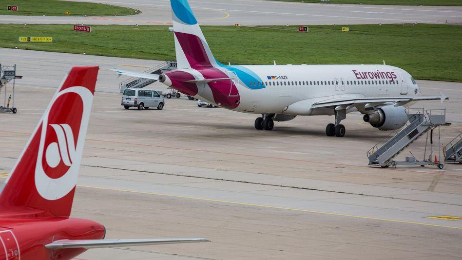 Gleiches Flugzeug, mindestens 40 Prozent weniger Gehalt: Das ist die bittere Aussicht für Piloten von Air Berlin, wenn sie bei der Lufthansa-Billigtochter Eurowings anfangen werden