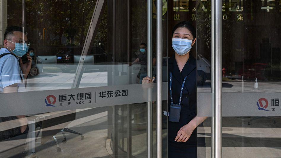 Tür halb offen: Eingang zum Evergrande Center in Shanghai