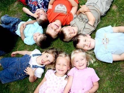"""Das erste SOS-Kinderdorf wurde 1949 von Hermann Gmeiner im österreichischen Imst gegründet, um Kindern, die im Krieg ihre Eltern verloren hatten, ein Zuhause zu geben. In kurzer Zeit fasste die Idee in vielen Ländern Fuß, mehr als sechs Millionen Freunde unterstützen sie weltweit. Heute unterhält die Hilfsorganisation mehr als 2000 Einrichtungen in 132 Ländern, darunter fast 500 Kinderdörfer. 2008 sammelten die SOS-Kinderdörfer mehr als 110 Millionen Euro an Spenden, Patenschaftsgeldern und Nachlässen in Deutschland ein. Rücklagen werden über den """"Gmeiner-Kinder-Dörfer""""-Fonds (GKD) der DWS verwaltet, der nach ethischen Aspekten und äußerst konservativ in europäische Staatsanleihen und Blue Chips investiert."""