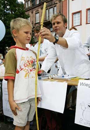 Kerngesund und wachstumsstark: So geht es auch der deutschen Wirtschaft. Institute heben reihenweise ihre Prognosen an