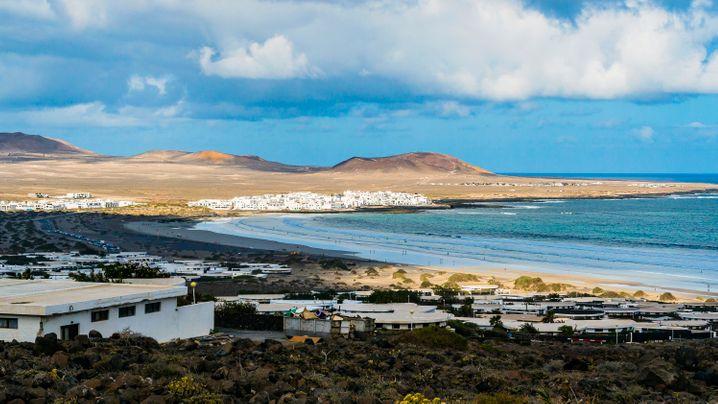 Caleta und die Famara-Bucht auf Lanzarote - wer zum Surfen auf die Kanareninsel kommt, erlebt wilde und schroffe Natur