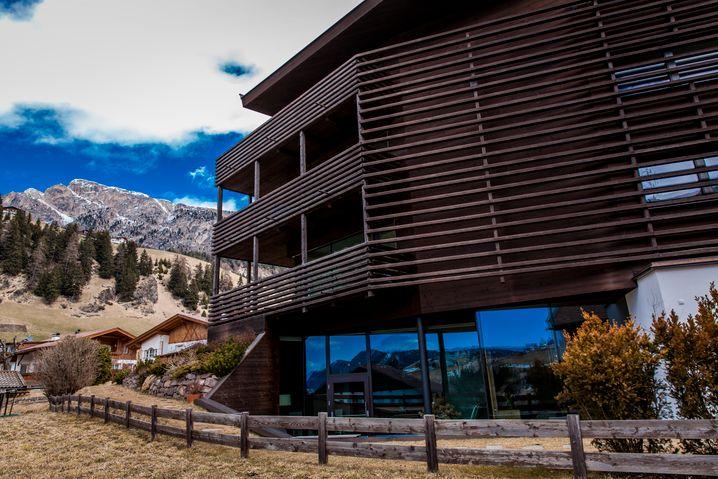 Außen Lärchenholz, innen Schiefer, Quarzit, Holz und Naturfarben: Saleghes Mountain Residence