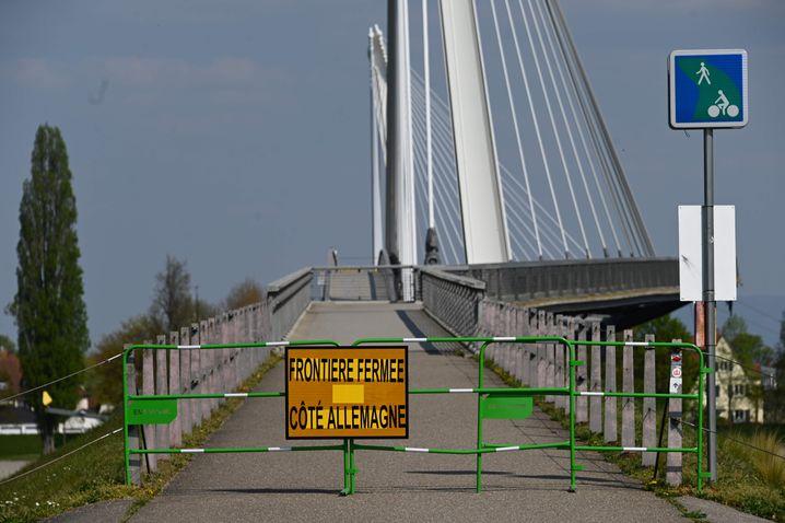 Gesperrte französisch-deutsche Grenze an der Rheinbrücke in Straßburg: Europäischer Zusammenhalt gesucht
