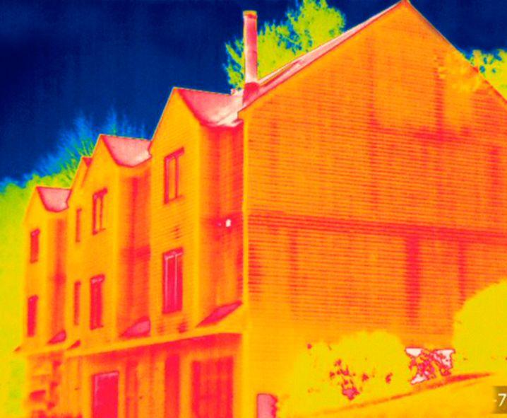 Wärmebild eines Wohnhauses: Private Haushalte müssten ihre Klimabilanz noch einmal deutlich verbessern, damit es mit dem nationalen Ziel hinhaut