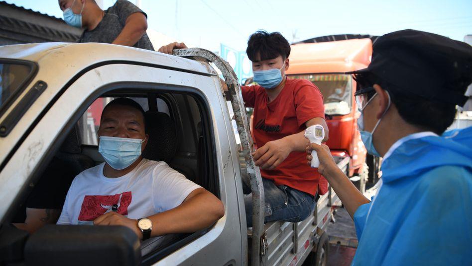 Scharfe Kontrollen am Markt Xinfadi in Peking: Bei stichprobenartigen 500 Tests waren 45 Neuinfektionen entdeckt worden - eine gefährlich hohe Quote. Der Markt, der rund 90 Prozent des Gemüses und Obsts der 20-Millionen-Metropole liefert, wurde geschlossen wie eine ganze Reihe anderer Märkte auch.