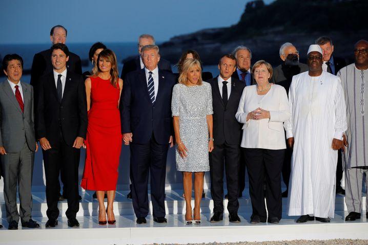 Das obligatorische Gruppenfoto: Shinzo Abe (l.), Justin Trudeau (2. v. l.), Donald Trump (M.), Emmanuel Macron (4. v. r.) und Angela Merkel (3. v. r.) mit Gästen.