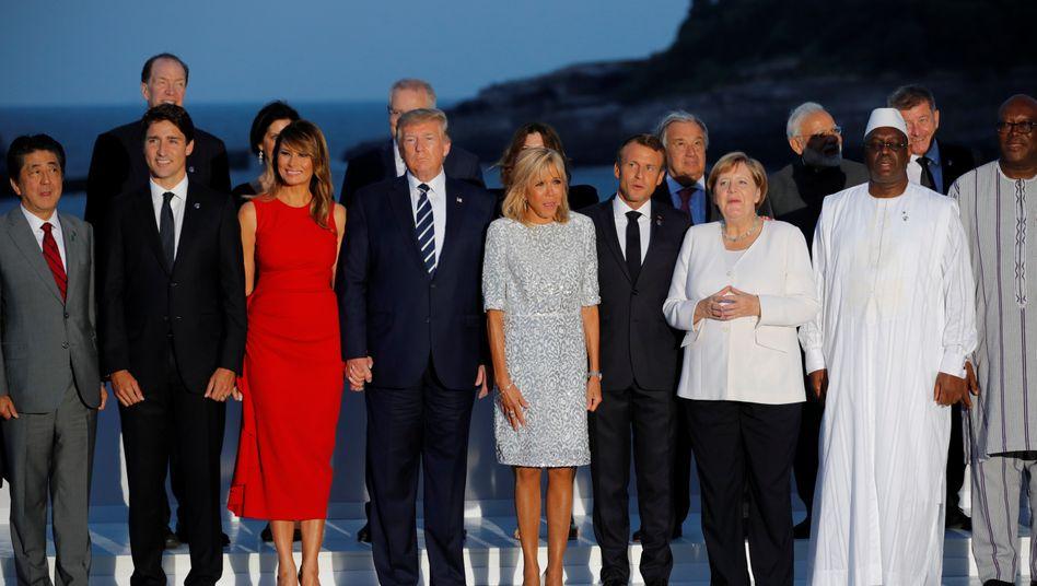Das obligatorische Gruppenfoto der G7-Vertreter mit Frankreichs Präsident Emmanuel Macron (4. v. r.), US-Präsident Donald Trump, Japans Premier Shinzo Abe (l.), Bundeskanzlerin Angela Merkel, Canadas Premier Justin Trudeau (2. v.l.).