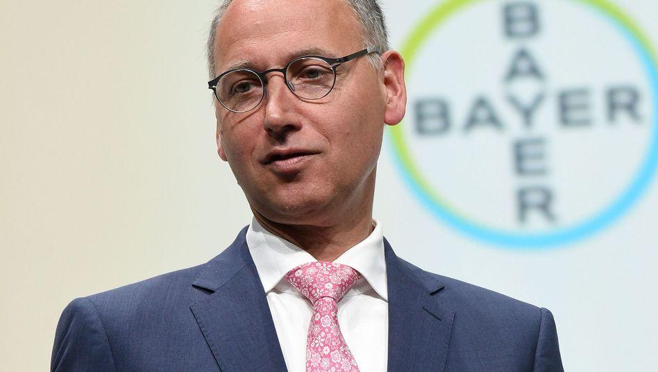Bayer-Chef Baumann: Die Aktie ist abgestürzt, die Zahl der Klagen in den USA auf mehr als 11.000 gewachsen. Nun will Bayer Stellen streichen