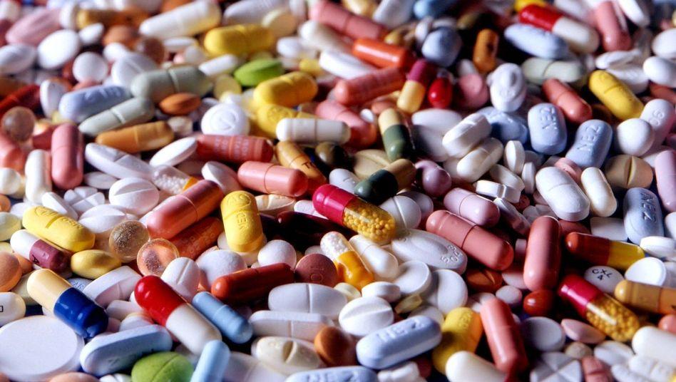 Pillen und Tabletten: Ärzte verschreiben oft zu teure Medikamente