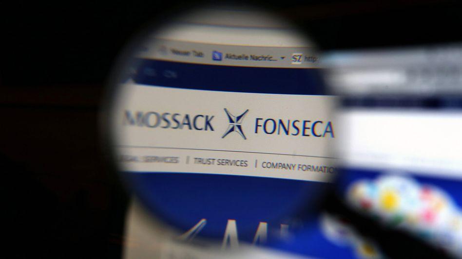 ILLUSTRATION - Ein Ausschnitt der Homepage der Kanzlei Mossack Fonseca, aufgenommen am 03.04.2016 in Kaufbeuren (Bayern) durch eine Lupe. Foto: Karl-Josef Hildenbrand /dpa (zu dpa «Die Kanzlei Mossack Fonseca» vom 03.04.2016) +++(c) dpa - Bildfunk+++
