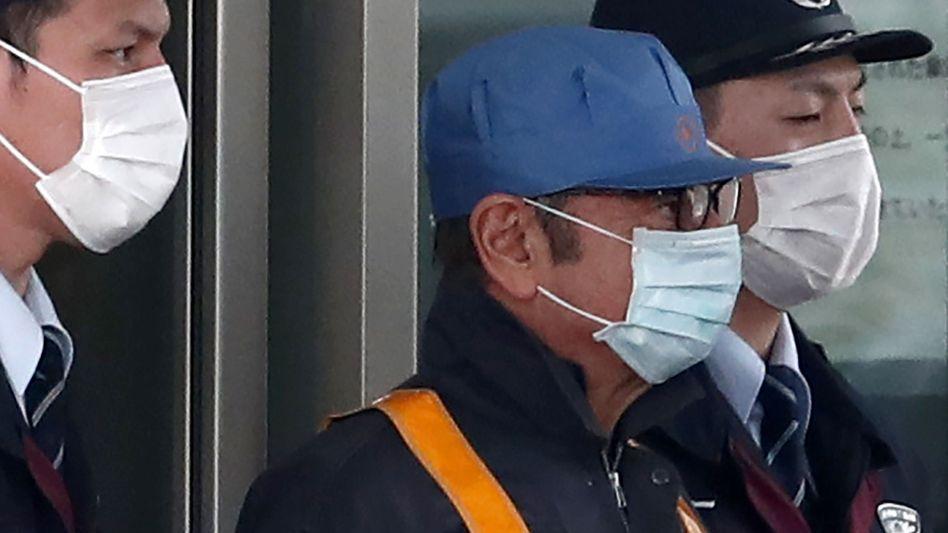 Carlos Ghosn (Mitte) verlässt die Haftanstalt in Tokio