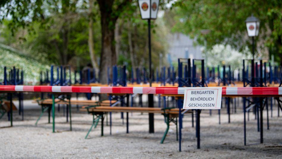 Leerer Biergarten in München