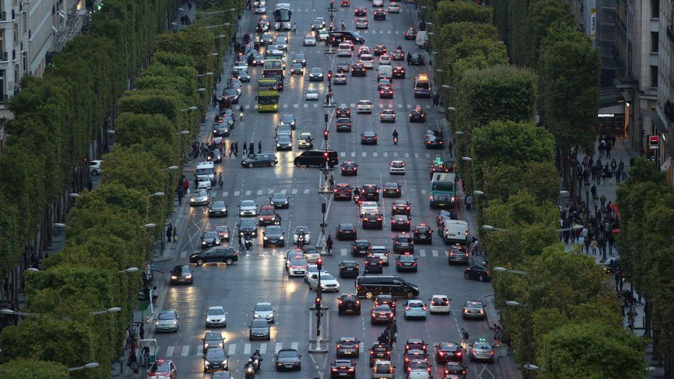 Verkehr auf dem Champs-Elysees: Paris will ab 2024 gar keine Dieselautos mehr in die Stadt lassen