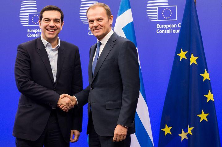 """EU-Ratspräsident Donald Tusk, Alexis Tsipras (Archiv): Athen muss realistische Reformen vorlegen - und die Gläubiger müssten einen """"ebenso realistischen Vorschlag bei der Schuldentragfähigkeit"""" einbringen, sagte Tusk"""