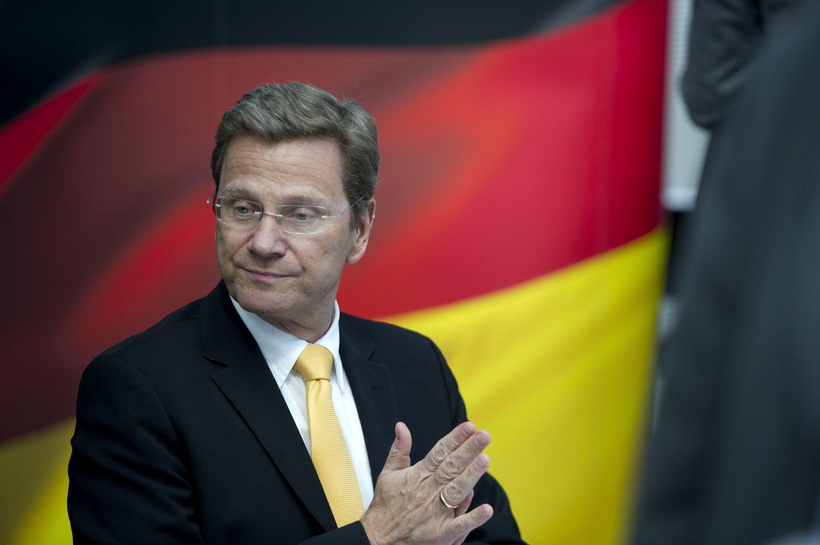 NICHT VERWENDEN Westerwelle vor deutscher Fahne