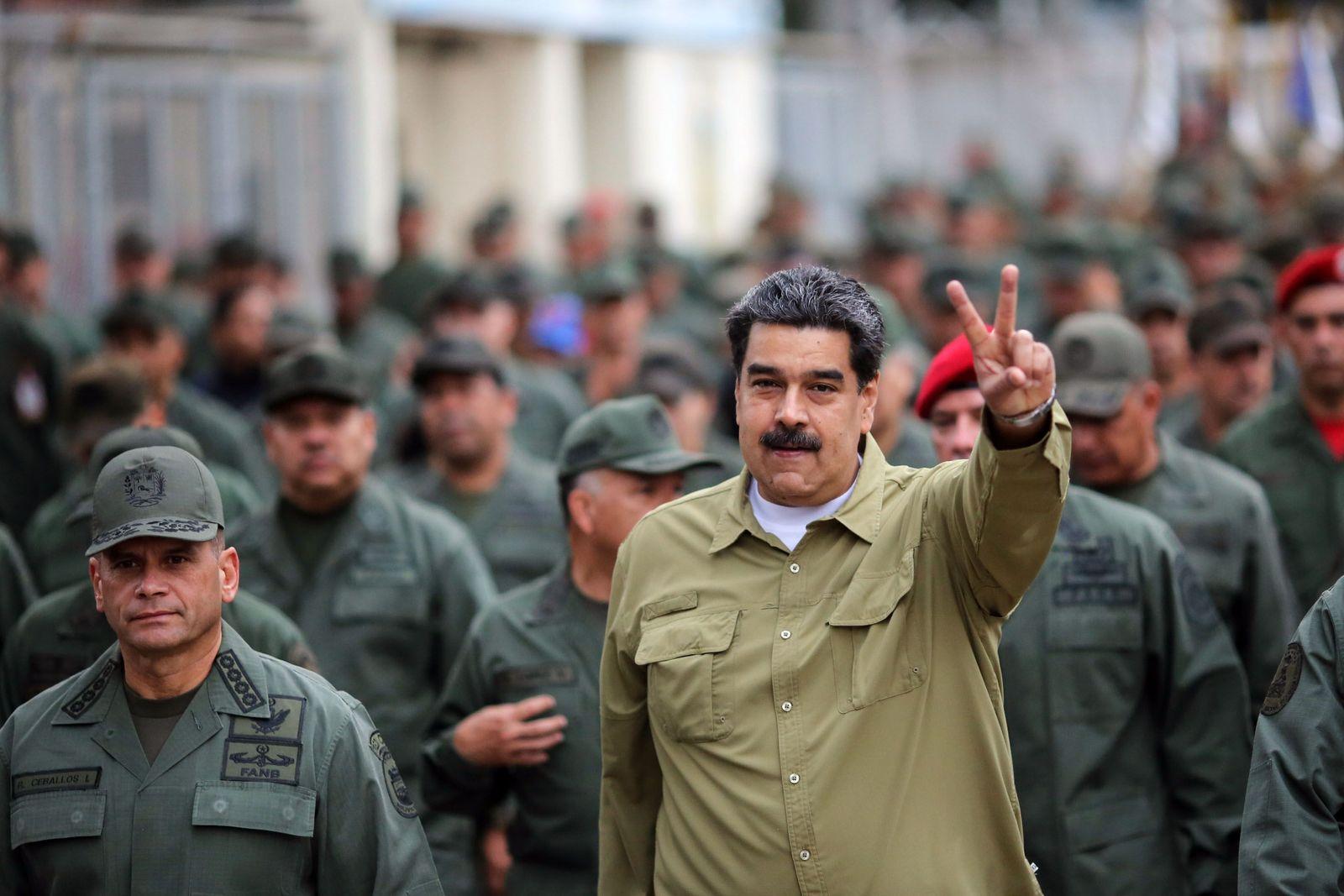 TOPSHOT-VENEZUELA-CRISIS-MILITARY-MADURO