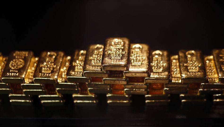 Goldbarren: Die Notenbanken könnten über Nacht erklären, alles Gold der Welt zu einem bestimmten Preis aufzukaufen. Damit würde auch das Gold in den Bilanzen der Notenbanken auf einen Schlag wertvoller. Eine solche Gold-Neubewertung ist ein radikaler Schnitt - birgt aber Chancen, der Schuldenfalle zu entkommen