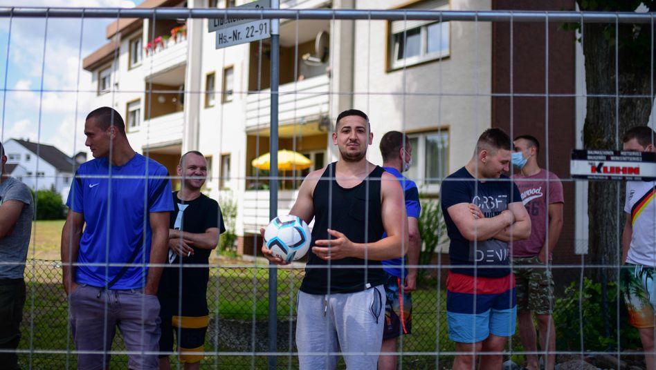 Unter Quarantäne: Tönnies-Mitarbeiter im ostwestfälischen Sürenheide