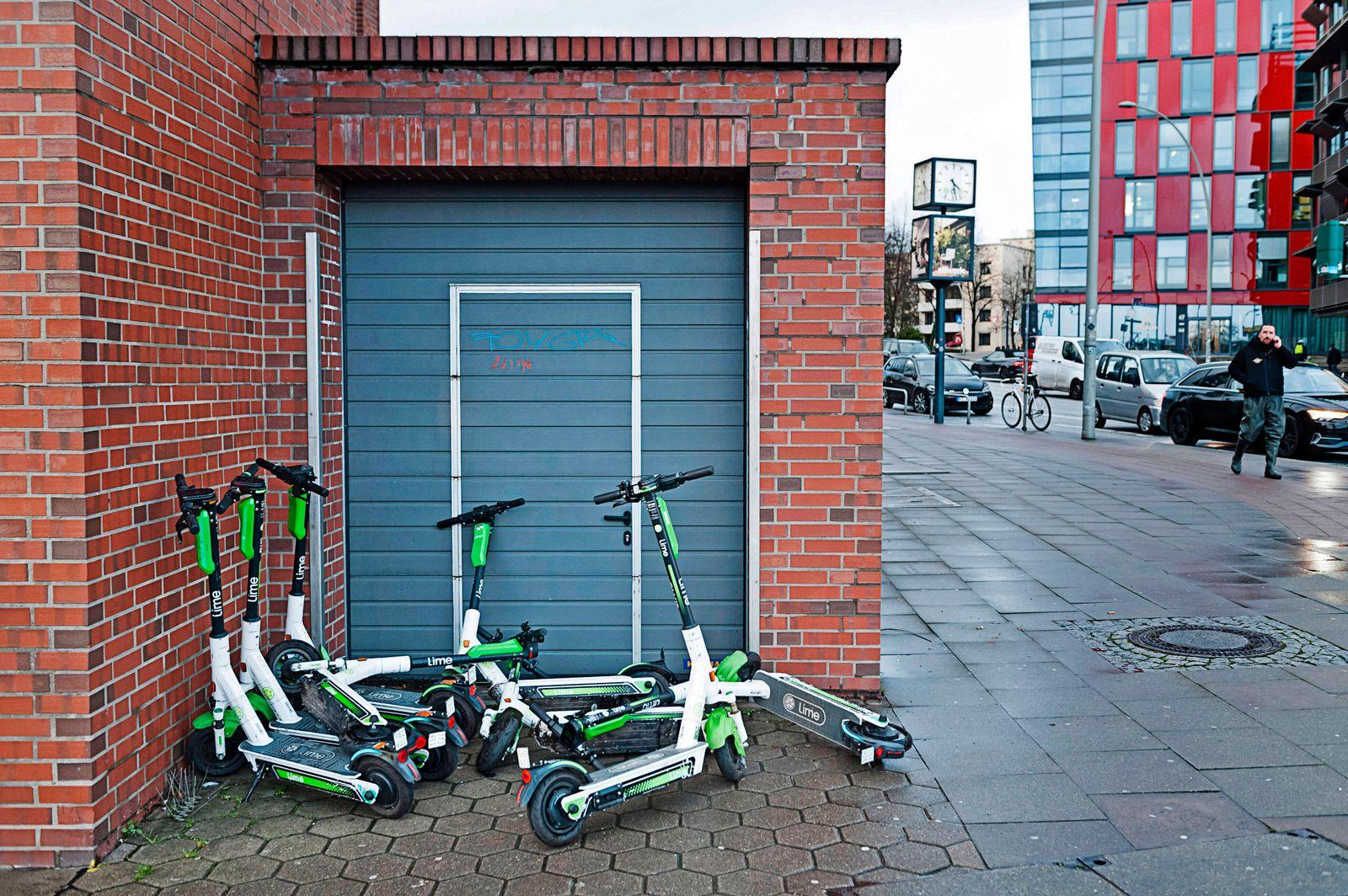 Geparkte E-Scooter abgestellte E-Roller E Roller E Scooter E-Mobil E-Mobilit‰t E-Scooter EScooter Electric-Scooter Elekt