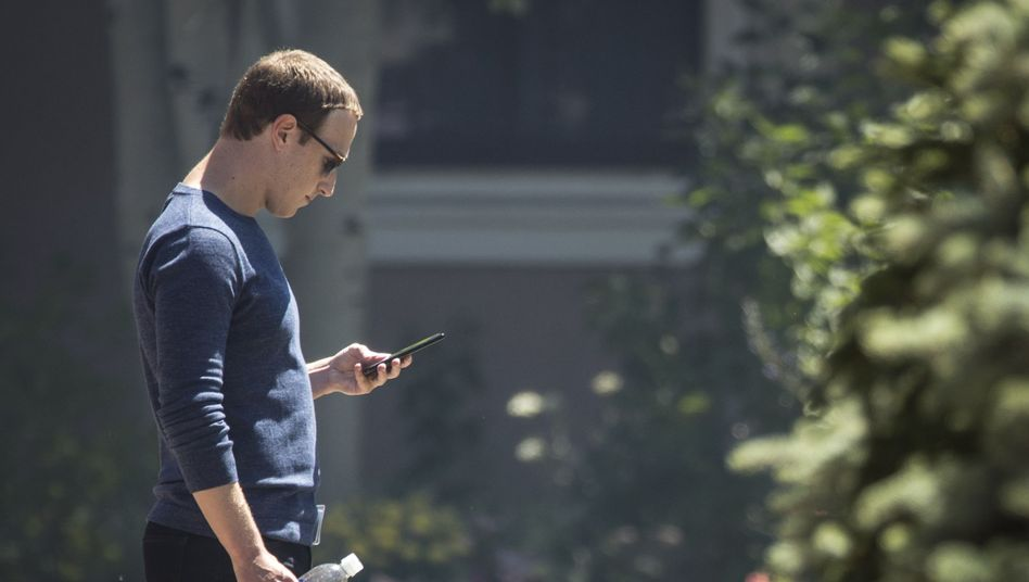 Was ist los? Facebook-Chef Mark Zuckerberg im Juli bei der stichprobenartigen Prüfung seines Geschäftsmodells.