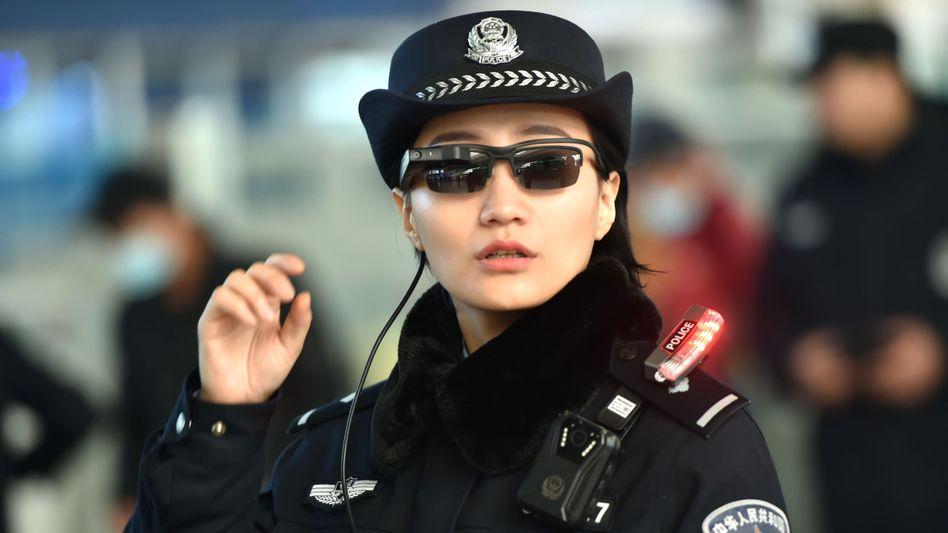 Not amused: Brillen mit Chips sind in China bereits im Einsatz. Nach dem Embargo gegen den Netzwerk-Ausrüster ZTE kündigt Washington nun ein Embargo gegen den staatlich kontrollierten Chiphersteller Fujian Jinhua an