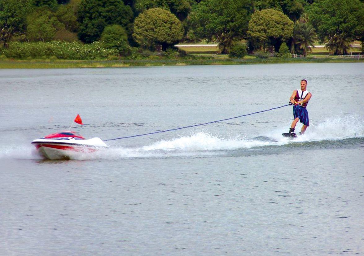 Skier Controlled Tow Boat / Wasserski