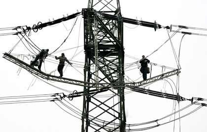 Wenige Beschäftigte, aber mit viel Verantwortung: Arbeiter reparieren RWE-Strommast