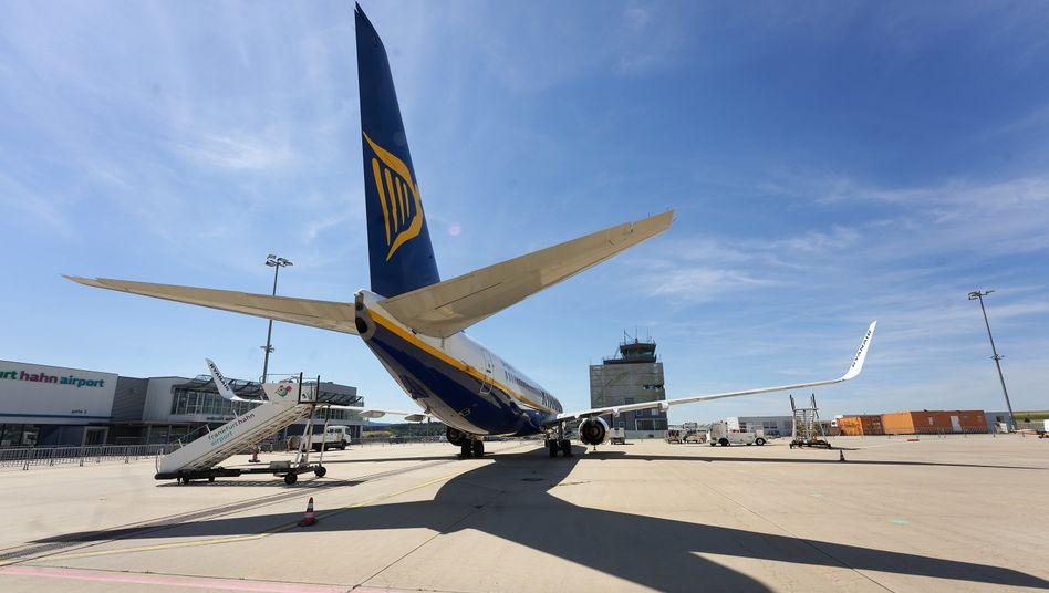Ryanair-Flugzeug am Flughafen Hahn