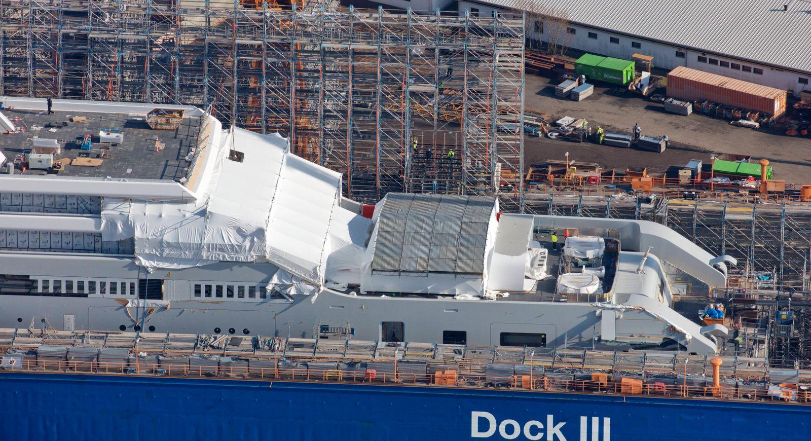 Luftaufname im Bau befindliches Superyacht Projekt SOLARIS im Trockendock der Lloyd Werft Bremerhaven an der Weser am T