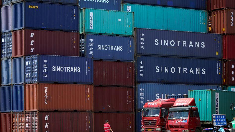 Hafen in Shanghai: Chinas Exporte sind im Februar um mehr als ein Fünftel eingebrochen