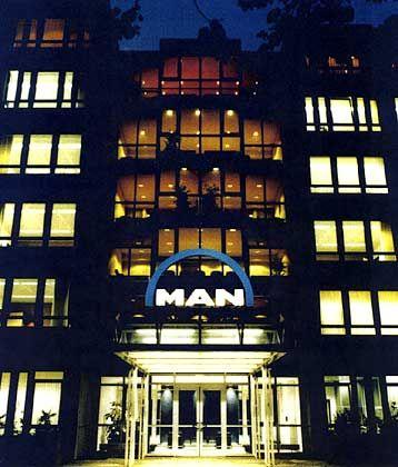 Erleuchtet in der Nacht: Die MAN-Hauptverwaltung liegt im Münchener Nordosten nahe der Autobahn A9 nach Nürnberg. Die Maschinenfabrik Augsburg-Nürnberg AG (M.A.N.) wurde 1986 auf die Gutehoffnungshütte Aktienverein AG zur MAN Aktiengesellschaft mit Sitzverlegung nach München verschmolzen.