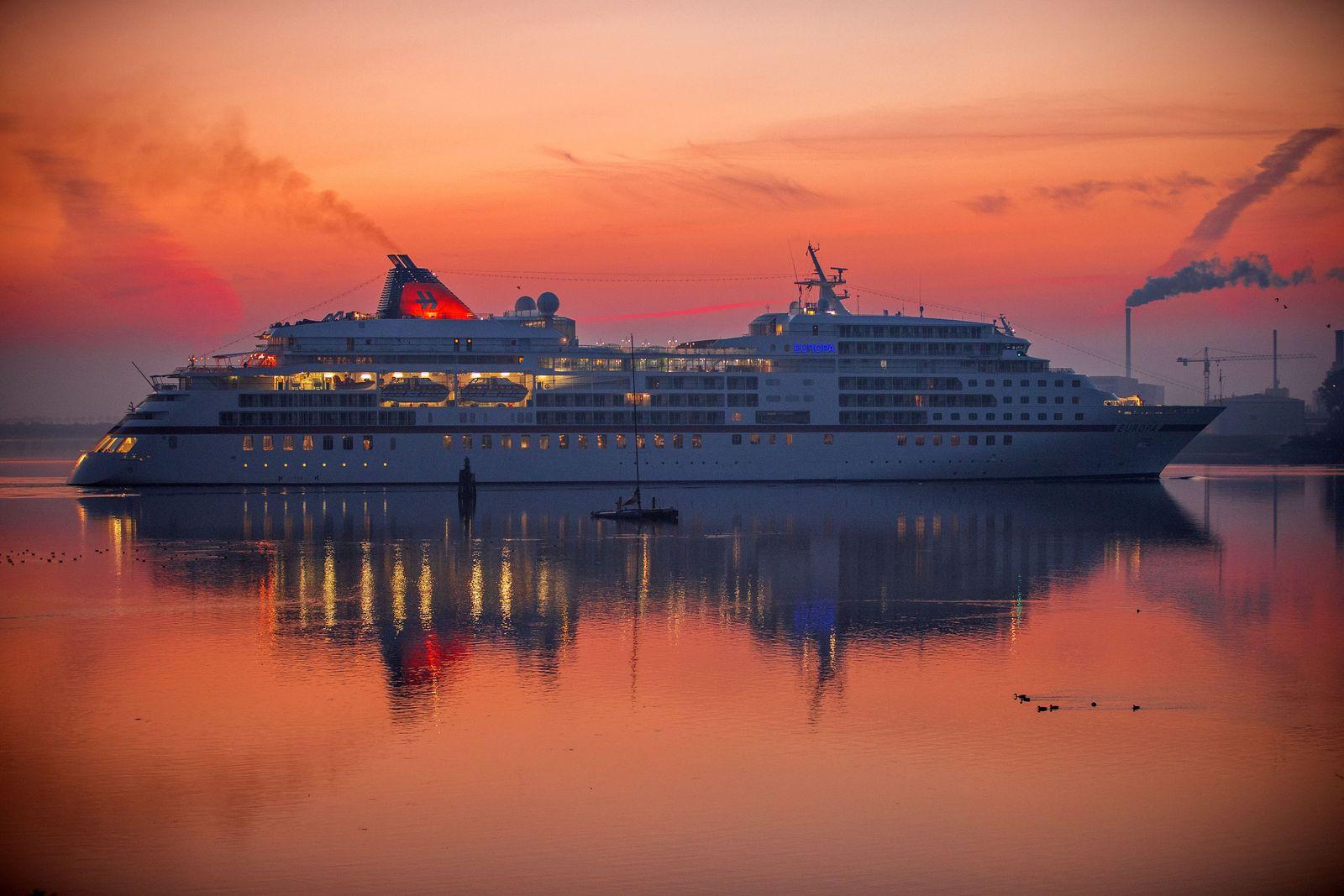 """Kreuzfahrtschiff """"Europa"""" legt im Hafen von Wismar an"""