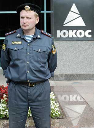 Polizist vor der Yukos-Zentrale: Keine Teilzahlungen akzeptieren