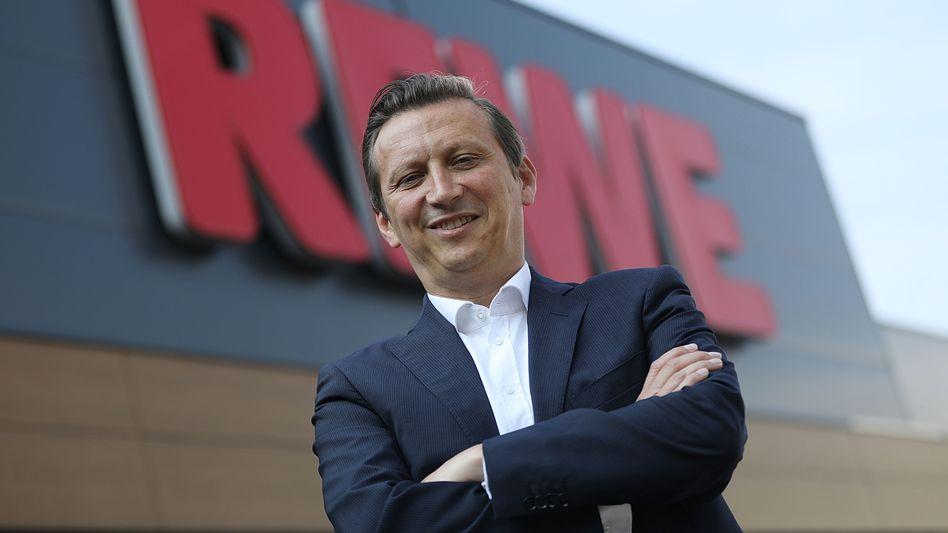 Fußball, Fernweh und feine Kost: Rewe-Chef Lionel Souque (49) gebietet über ein Handelsgeschäft (knapp 50 Milliarden Euro Umsatz) mit Marken wie Rewe, Penny und Toom sowie über die DER Touristik (6,5 Milliarden Euro). Beim 1. FC Köln ist er Beiratschef.