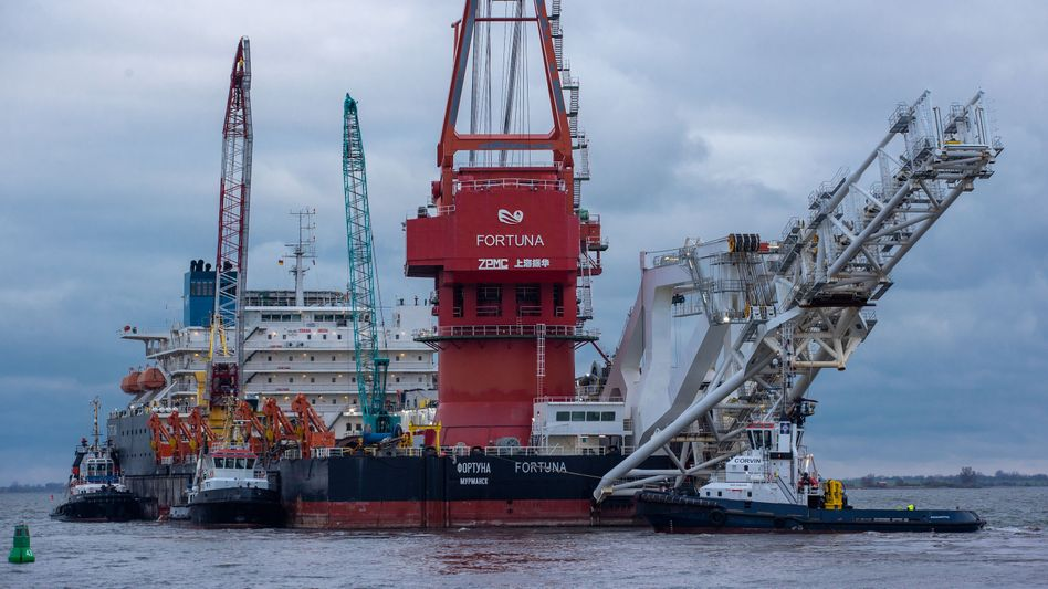 """Mecklenburg-Vorpommern, Wismar: Schlepper ziehen im Januar das russische Rohr-Verlegeschiff """"Fortuna"""" aus dem Hafen auf die Ostsee"""