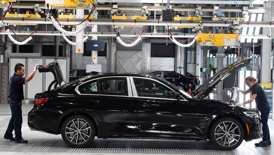 BMW-Mitarbeiter in Mexiko: Der Konzern muss weltweit schrumpfen.