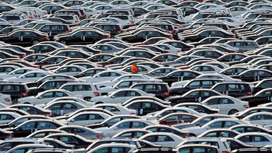 Export-Fahrzeuge von Mercedes in Bremerhaven: Die Branche schöpft für 2016 neuen Mut