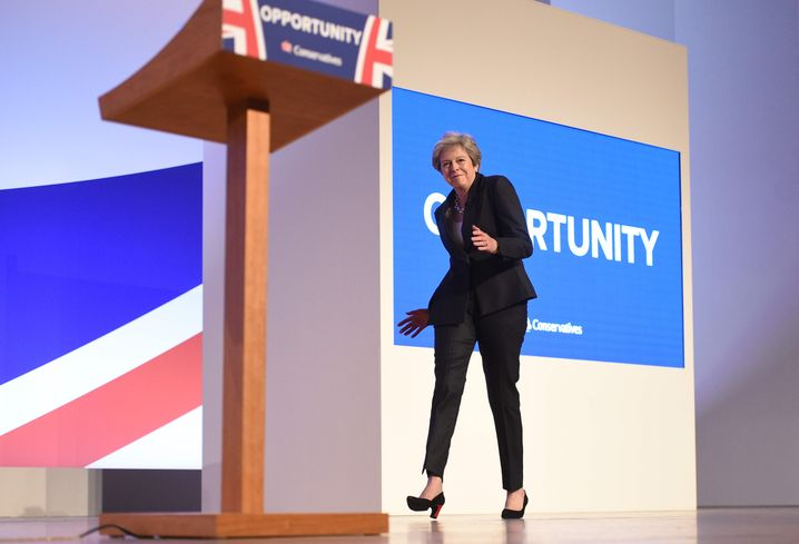 Theresa May tanzt auf die Parteitagsbühne in Birmingham, Oktober 2018