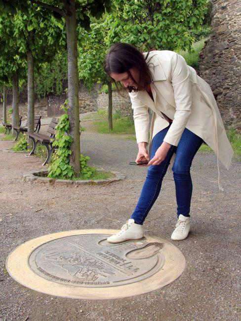 Vom QR-Code auf der Bodenplatte über das Smartphone ins 19. Jahrhundert: Sara Renzler lässt sich auf Burg Rheinfels ein Aquarell von William Turner aus dem Jahr 1817 anzeigen