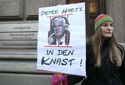 Unverdrossen: Eine Demonstrantin will Hartz hinter Gittern sehen - doch dazu wird es nicht kommen