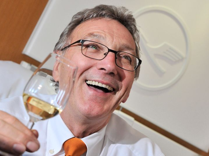 Lufthansa-ARV Wolfgang Mayrhuber (68) stößt auf ein gelungenes Arbeitsleben an.
