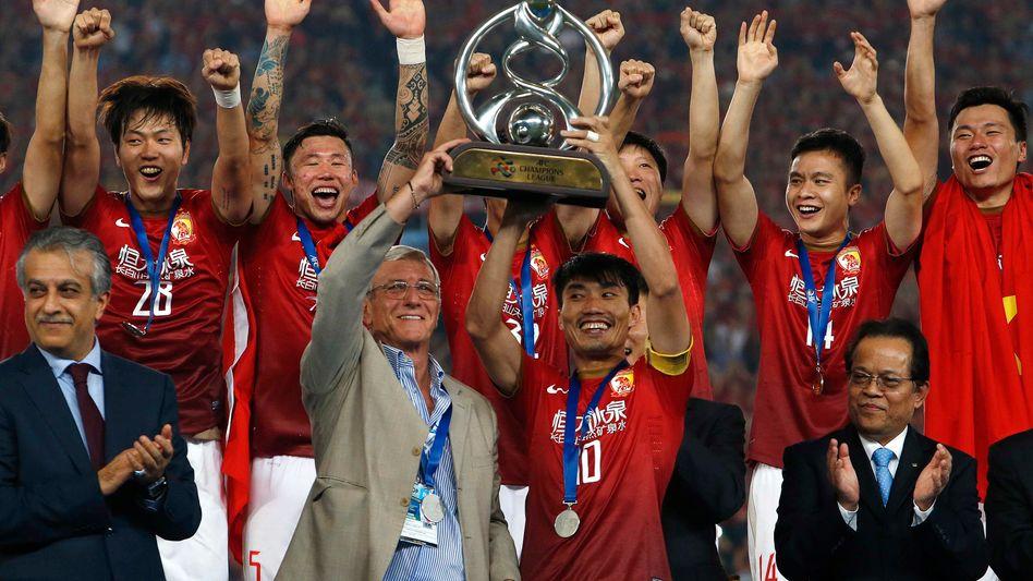 Höhepunkt der Vereinsgeschichte: 2013 hat Guangzhou Evergrande mit dem italienischen Weltmeister-Trainer Marcello Lippi (in grau) erstmals die asiatische Champions League gewonnen.