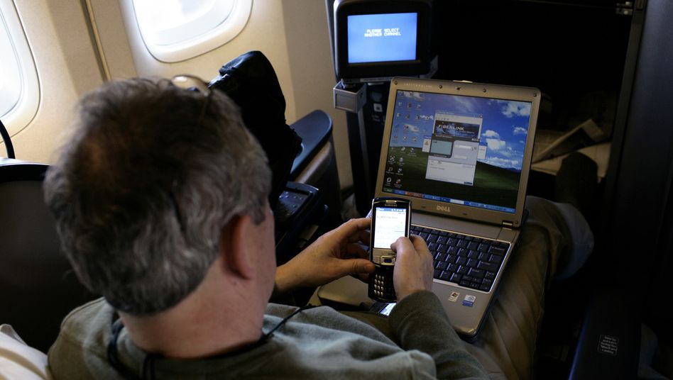 Bislang noch verboten: Die Handynutzung in Flugzeugen könnte die Flugsicherheit gefährden, heißt es bislang