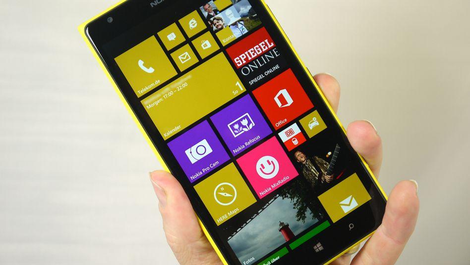Lumia 1520: Die Handy-Sparte des Nokia-Konzerns wird an Microsoft verkauft. Zur Überraschung von Marktbeobachtern lief offenbar auch der Absatz von Smartephones zuletzt schwächer