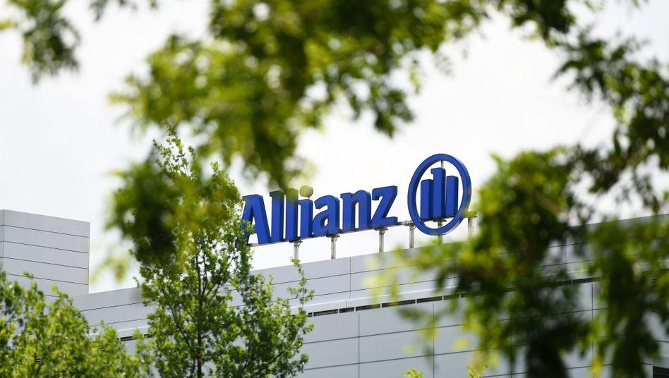Logo und Schriftzug der Allianz, auf dem Gelände des Versicherungskonzerns in München