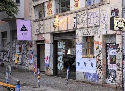 Außen pfui, innen hui: Der Adidas-Tarnladen No 74 in Berlin. In dem Laden in einer ehemaligen Autowerkstatt in der Torstraße wird unter anderem Mode des Labels Y-3 des Designers Yohji Yamamoto verkauft
