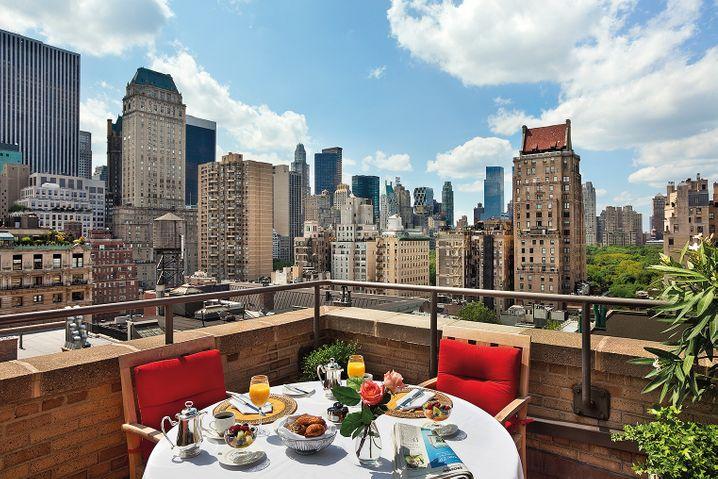 Das Frühstück ist à la carte und der Blick auf die Skyline der Stadt unbezahlbar