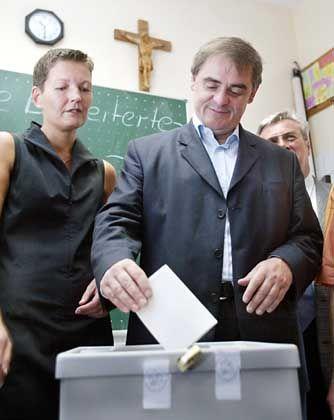 Ministerpräsident Peter Müller und Ehefrau Astrid Müller-Klug bei der Stimmabgabe