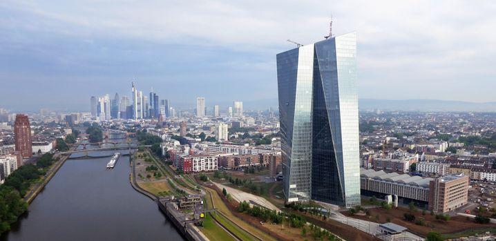 EZB-Gebäude in Frankfurt: Beim Shoppen und in öffentlichen Verkehrsmitteln wird der Mund- und Nasenschutz in Kürze wohl Pflicht