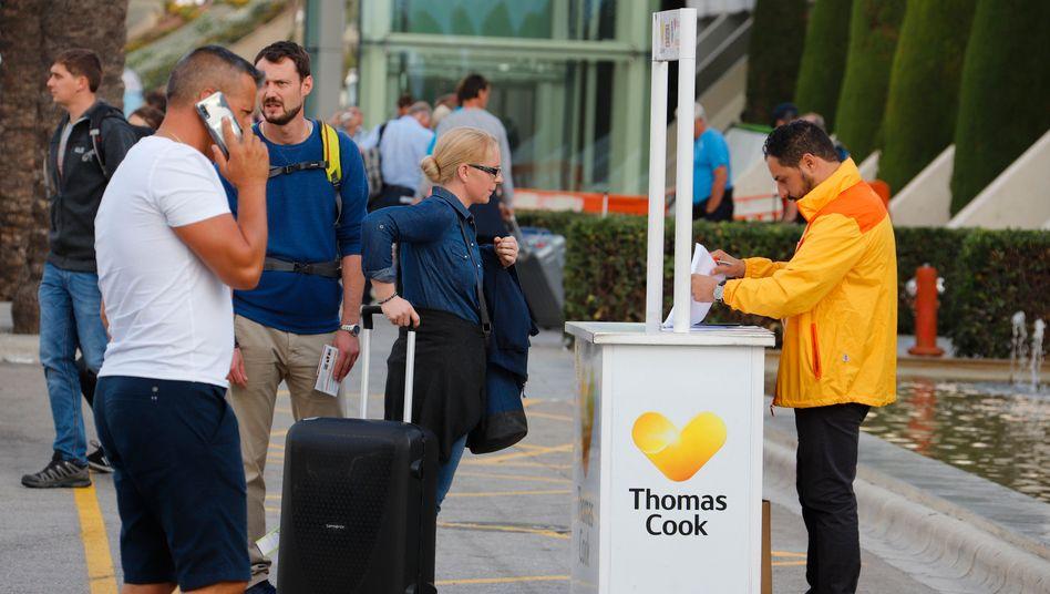Warten am Flughafen Palma: Viele Urlauber werden unter Druck gesetzt. Der Reiseverband rät, nicht zu zahlen und auf den Rückversicherer zu verweisen